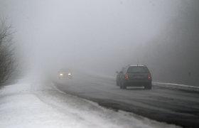 Mažesnio eismo intensyvumo keliuose tebėra provėžų ir pažliugusio sniego