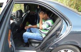 """Rusas limuzinu """"Mercedes"""" per Lietuvą gabeno nelegalų migrantą iš Šri Lankos"""