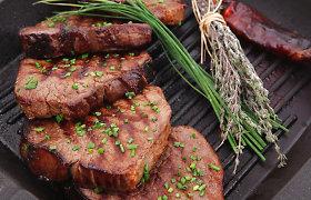 Besilaukiančioms moterims medikai pataria vengti ant grotelių keptos mėsos