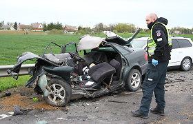 Pasvalio r. susidūrė 3 automobiliai, gelbėtojai lėkė vaduoti prispaustųjų: du žmonės žuvo