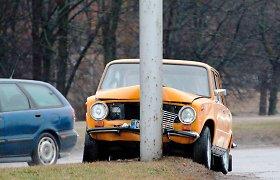 Smūgis į stulpą: Molėtų rajone tiesiame kelio ruože girtas vairuotojas nesuvaldė VAZ