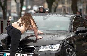 """Apnuoginusios """"Femen"""" aktyvistės blokavo į teismą vežamo buvusio TVF vadovo Dominique'o Strausso-Kahno automobilį"""