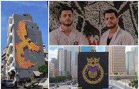 Pilietinius karus Libane išgyvenę dvyniai kulkų padarytas skyles sienose dengia piešiniais