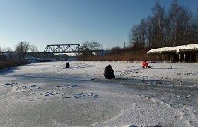 Šventinę dieną tikrino ant ledo žvejojusius vyrus: dalis gavo baudas