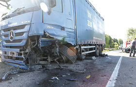 """Pasvalio rajone susidūrė vilkikas ir """"Mercedes"""", yra nukentėjusiųjų"""