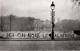 """E.Macronas pasmerkė """"neatleistiną"""" susidorojimą su alžyriečių protestuotojais 1961 metais"""