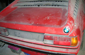 """Garaže rado """"lobį"""" – apdulkėjusį 1981 m. superautomobilį BMW M1"""