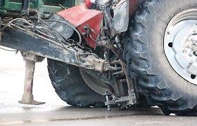 Vilkaviškio rajone traktorių lenkę du motociklininkai papuolė į skaudžią avariją