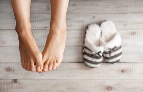 Karantinas namuose – vaikščioti basomis ar avint šlepetes? Gydytojo ortopedo komentaras
