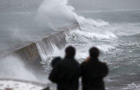 Europoje siaučia audra: yra žuvusiųjų, stringa transportas, perspėjama apie potvynius