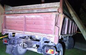 Kėdainių rajone nuo traktoriaus atsiskyrusi priekaba rėžėsi į stulpą