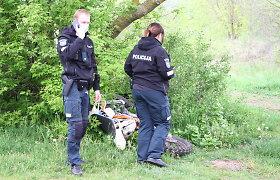 Šiaulių rajone naktį be šviesų nuo patrulių sprukęs motociklininkas tėškėsi į medį