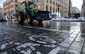 Vilniaus gatvės duobėtos, bet rimtesnių remontų dar teks palaukti – koją kiša netinkami orai