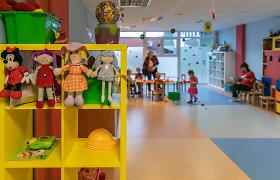 Darželiuose COVID-19 protrūkių netrūksta, bet tėvai stebisi – vaikai izoliuojami net be PGR testo auklėtojai
