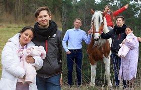 Žvaigždžių stilistės R.Morozovienės fotosesijoje su žirgais – vos mėnesio sulaukusi dukra