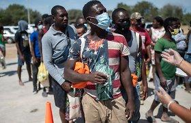 Reikšdamas nepasitenkinimą migrantų deportacija, atsistatydina JAV pasiuntinys Haityje