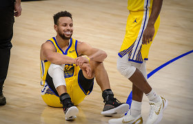 Kai krenta, tai krenta: S.Curry po sirenos pataikė kosminį metimą