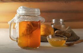 """Sveikatai stebuklingas gėrimas su plūduriuojančia """"medūza"""": ekspertai aiškina, kaip pasigaminti kombučią patiems"""