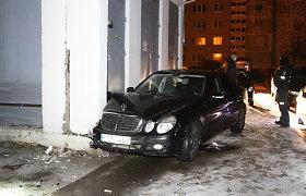 """Panevėžio policija aiškinsis, kas su """"Mercedes"""" taranavo elektros transformatorinę"""