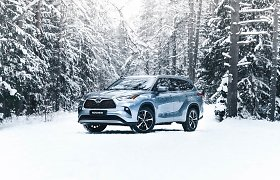 """Didžiausias """"Toyota"""" hibridinis visureigis """"Highlander"""" atvyko į Lietuvą: galės tempti 2 tonų svorio priekabą"""