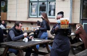 Britai jau džiaugiasi sugrįžę į aludes, bet Anglijos lietuviams lauke alų gerti dar per šalta