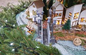 """Klaipėda parodė paslaptyje laikytą unikalią Kalėdų eglę: ant šakų – ir šviečiantys namukai, ir """"Meridianas"""""""