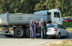 Apmaudi avarija Vilniaus Žirmūnuose: mažos mašinos vairuotoja nepraleido didelės, ir atvirkščiai