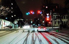 """Pavasario laukiantiems vairuotojams – žiemiška """"dovanėlė"""": gatvės virto čiuožykla"""