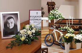 Klaipėdoje atsisveikinama su dainininku E.Ostapenko: šarvojimo salėje – dviratis ir skambančios jo dainos