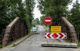 Daug dėmesio sulaukęs tiltas Vilniuje – be remonto: tarp lentų jau kojos stringa