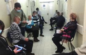 Siaurame Kauno klinikų koridoriuje – jokių saugių atstumų, gydymo įstaiga ginasi, kad tai nėra įprasta