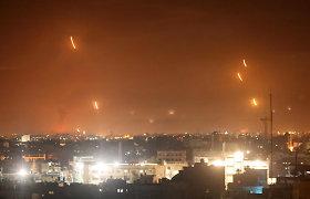 Tarp palestiniečių ir Izraelio per naktį tęsėsi kruvinos kovos: skriejo raketų salvės, žmonės slėpėsi rūsiuose