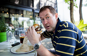 Užkalnis su Fausta M.Leščiauskaite vaišino draugus burgeriais
