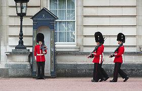 Kodėl Didžiosios Britanijos karalinės sargybiniai dėvi tokias aukštas kepures?