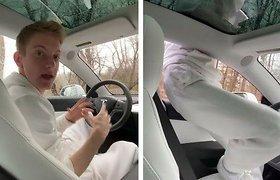 """Žmogus prieš dirbtinį intelektą: kaip apgauti """"Tesla"""" autopilotą?"""