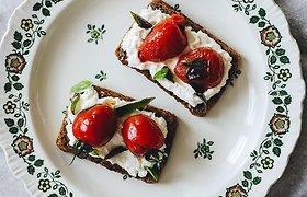 """Pilnas atradimų rytas: """"Rugelio"""" sumuštinis su fetos kremu ir pomidoriukais"""