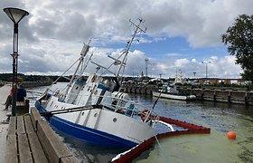 Dėl Danėje skęstančio laivo aplinkosaugininkai pradėjo tyrimą, organizuojamas jo iškėlimas