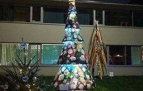 Kalėdinė puošmena: klaipėdiečių bendruomenė pagamino eglę iš tūkstančių sagų