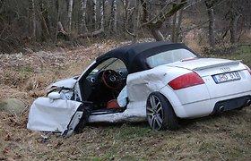 """Avarija kelyje Kretinga-Jokūbavas: mirtinai parblokštas beapsisukančio """"Audi TT"""" vairuotojas"""