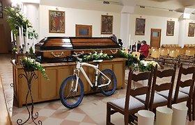 Eugenijaus Ostapenko laidotuvės: skamba anapilin iškeliavusio atlikėjo dainos