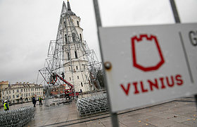 Vilniaus Katedros aikštėje pradėta montuoti Kalėdų eglė