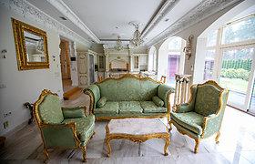 Namas, kurį tenka saugoti nuo smalsuolių: paauksuotos detalės ir netikėtas interjeras