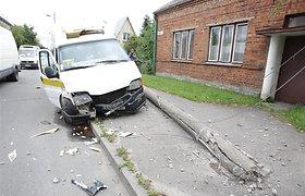 """""""Mazda"""" nėščią moterį Kaune vežęs vyras nuo kelio nustūmė maršrutinį taksi, šis rėžėsi į elektros stulpą"""