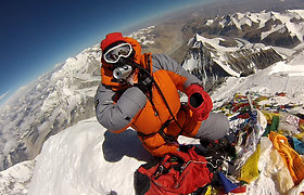 Išskirtinis ir linksmas vaizdo siužetas: kaip Edita Nichols Everesto viršūnėje Lietuvos vėliavą bando išskleisti