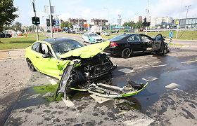 """Vilniuje susidūrus """"BMW"""" ir """"Volvo"""" į ligoninę išvežti trys žmonės"""