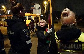 Aiškėja skandalingi policijos darbo užkulisiai: vėliava mosavusios mokytojos sulaikymas – neteisėtas