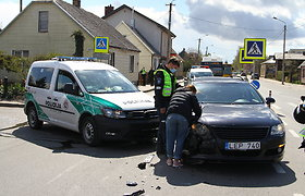 """Panevėžyje – tarnybinio policijos automobilio ir """"Volkswagen"""" avarija"""
