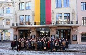 Šimtųjų valstybės nepriklausomybės atkūrimo metinių proga Nacionalinio Kauno dramos teatro kolektyvas įsiamžino prie teatro