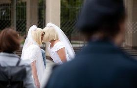 Merginų bučinio performansas šalia LR Seimo