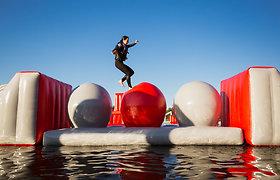 """Pripučiamų atrakcionų ant vandens parke sostinėje – galimybė išbandyti save """"nindzių"""" rungtyse"""